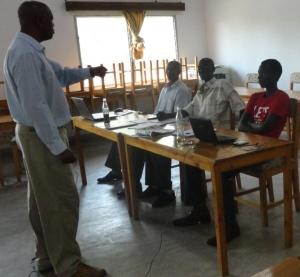 Nkusi Alphonse et ses trois stagiaires de la presse écrite