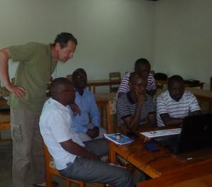 Georges Minangoy supervise le travail de montage.15/3/2013