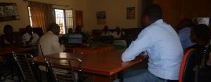 Journalistes radio au tour du formateur Jean Claude Nkubito. Ils discutent du format du magazine radio.15/3/2013.